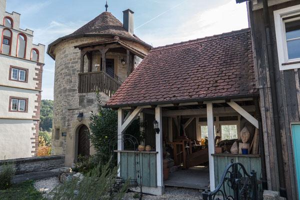 © Traudi - Der Kanzleiturm steht direkt neben dem Schloss. Er wurde zusammen mit der umliegenden Stadtmauer in der zweiten Hälfte des 15. Jahrhunderts erbaut. Am Turm vorbei führt der Treppenabgang ins Bühlertal.