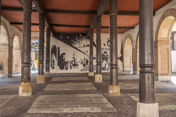 © Traudi - Die Rückwand des Alten Rathauses wurde mit einem Scherenschnitt-Motiv bemalt.
