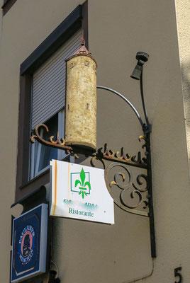© Traudi - ein Wirtshausschild in der Nähe des Turms