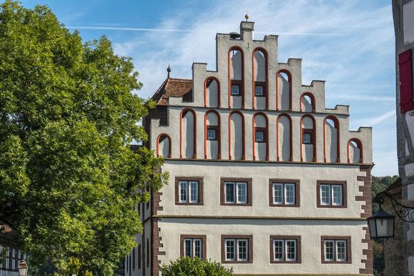 © Traudi - Das Untere Schloss gehörte Wilhelm von Vellberg. Es wurde 1523 zerstört, 20 Jahre später von Wolf v. Vellberg wiederaufgebaut. Über dem Eingangsportal sind deren Wappen in Sandstein gehauen. Der älteste Teil des Schlosses ist die Schlosskapelle