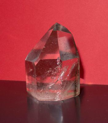 © Traudi - Bergkristall. Mit dem Bergkristall arbeitete schon Hildegard von Bingen. Sie empfahl ihn bei Schilddrüsenerkrankungen und Augenleiden. Er soll auch das ganze Nervensystem beruhigen und bei Darm- und Verdauungsproblemen helfen.