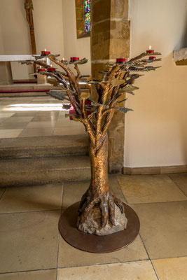 © Traudi - Jeder Zweig trägt Weinblätter, auf die die Kerzen gesellt werden.