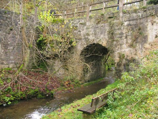 © Traudi - hier fließt die Schwarze Lache unter der Brücke durch...........