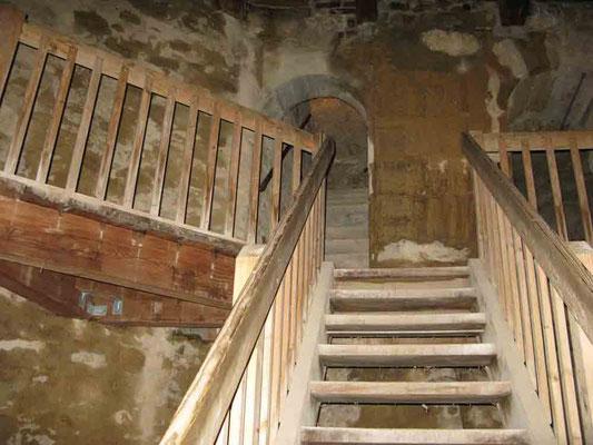 © Traudi ***  Treppen im Torbau zu drei Gefängniszellen.
