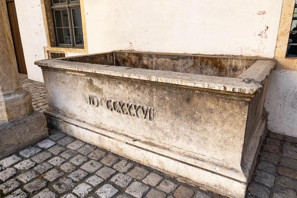 © Traudi - Brunnen beim Schloss Neuburg
