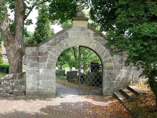 © Traudi - Eingangstor zum Friedhof an der Walterichskirche.