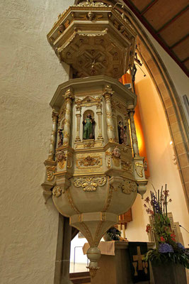 © Traudi - Die 8-eckige geschnitzte Kanzel stammt aus dem Jahr 1660.  Sie zeigt die vier Evangelisten mit ihren Symbolen.
