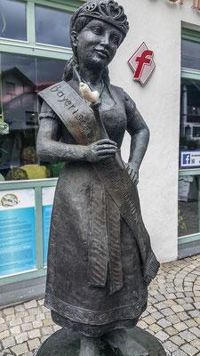 © Traudi - Die Weißwurstkönigin vor einer Metzgerei