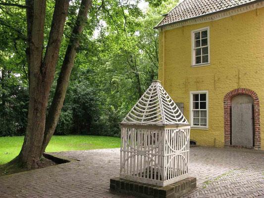 © Traudi – Manningaburg in Pewsum, Brunnen im Innenhof