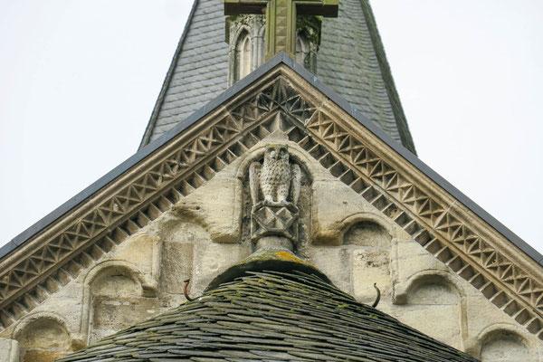 © Traudi -  Eine kleine steinerne Eule sitzt auf dem Dach der Apsis.