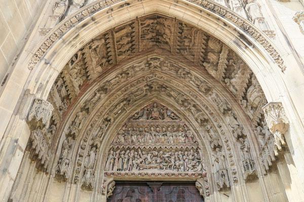 © Traudi - Südliches Chorportal Es zeigt die zwölf Apostel, sowie im oberen Bereich Jesus mit Maria und Johannes dem Täufer.