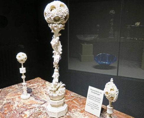 © Traudi - Elfenbeinturm mit Wunderkugel - Aus einem der größten gefundenen Elfenbeinzähne geschnitzt. Mit 27 ineinanderlaufenden Kugeln mit jeweils einem anderen Motiv.