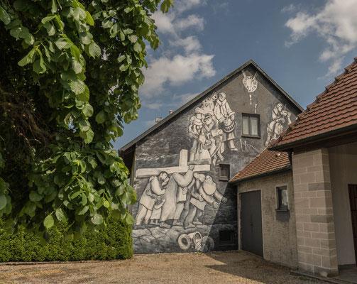 © Traudi  - Westgiebel des Pfarrhauses mit Totentanz