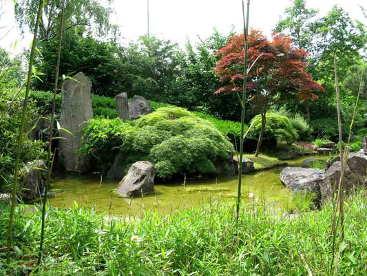 09.06.2010 (c) Traudi  -  Japangarten (Bälzdenkmal). Erwin Bälz der am 13. Januar 1849 in Bietigheim geboren wurde, war der Mitbegründer der modernen Medizin in Japan. Unter anderem war er lange Jahre der Leibarzt der Kaiserlichen Familie in Japan.