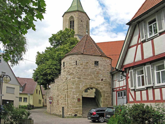 © Traudi  -  In ihrer jetzigen Form stammt die Kirche aus der Mitte des 16. Jahrhunderts. In ihren Mauern sind jedoch Steine einer älteren Vorgängerkirche verarbeitet, die aus romanischer Zeit (vor 1100) stammt.