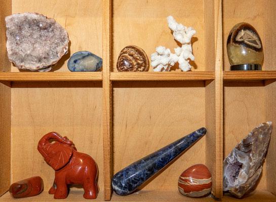 © Traudi - zwei kleine Achat-Drusen, Septarien-Ei, Roter Jaspis-elefant, Sodalit-Massagestein