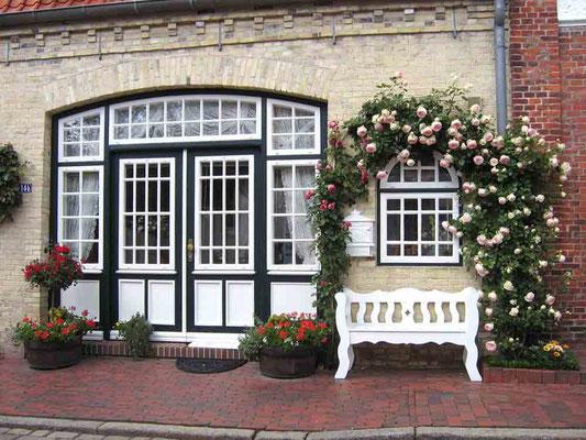 Jedes Haus in Friedrichstadt ist reich mit Blumen geschmückt.