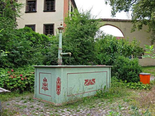 © Traudi  -  Brunnen unterhalb des Schlosses