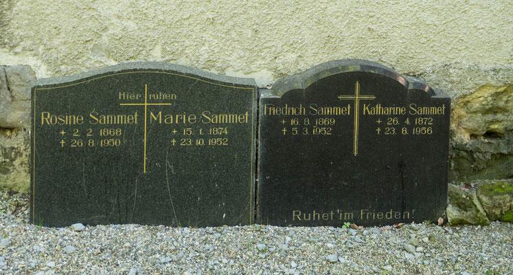 © Traudi - Grabsteine der Familie hinter der Mühle