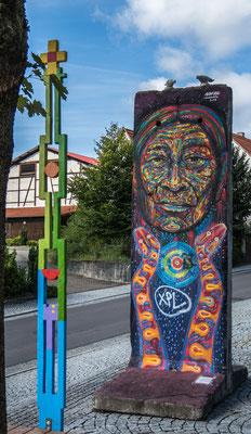 © Traudi - Indianer mit zwei Schlangen, gemalt vom kolumbianischen Künstler Guache auf ein Originalteil der Berliner Mauer