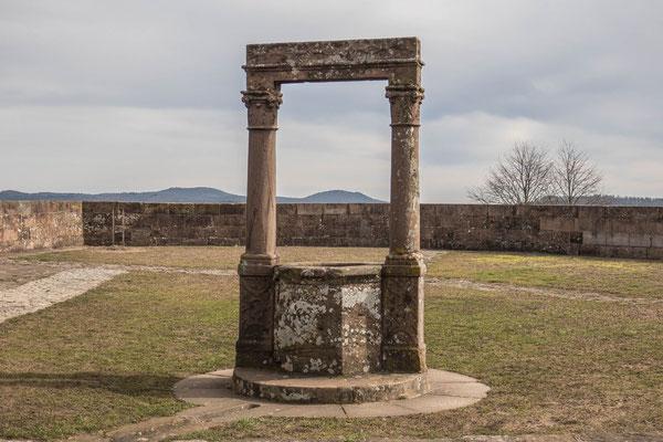 © Traudi - Zisterne. Das Regenwasser konnte mit Hilfe eines ausgefeilten, auf dem Boden noch sichtbaren Systems aufgefangen werden.  Gotischer Brunnenrand und Renaissancestrebe.