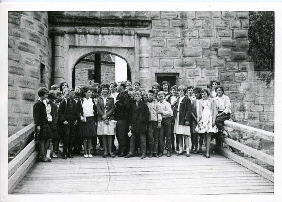 © Traudi  -  Gruppenfoto auf der Brücke zum Eingang der Burg