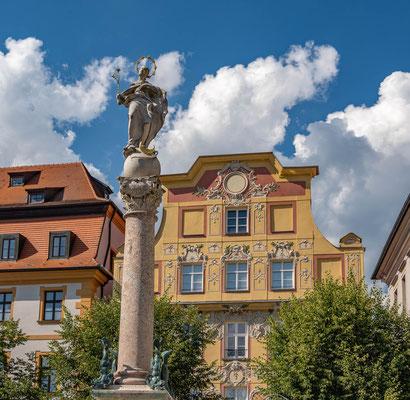 © Traudi - Marienstatue, im Hintergrund das Patrizierhaus am Karlsplatz