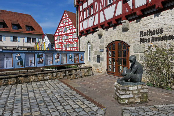 © Traudi - Rathaus mit geschnitzten Infotafeln