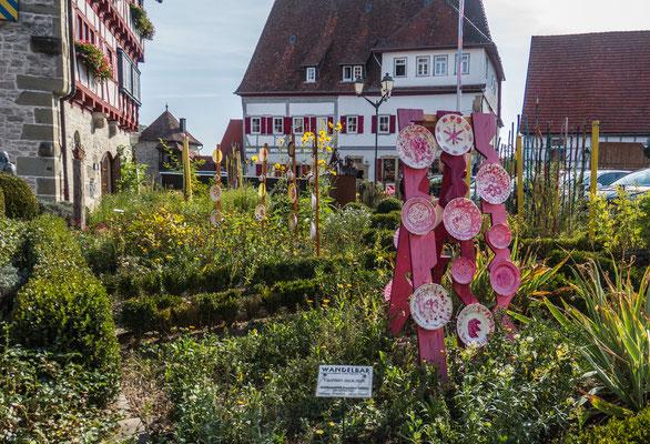 © Traudi - Garten vor dem alten Amtshaus mit Kunstobjekten