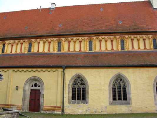 Kloster Denkendorf, Langhaus Südseite mit der 1976/1977 wieder hergestellten polychromen Fassung der Zwerggalerie im Obergaden - © Traudi