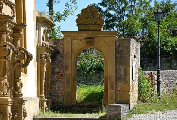 © Traudi – Tor neben der Schlosskapelle
