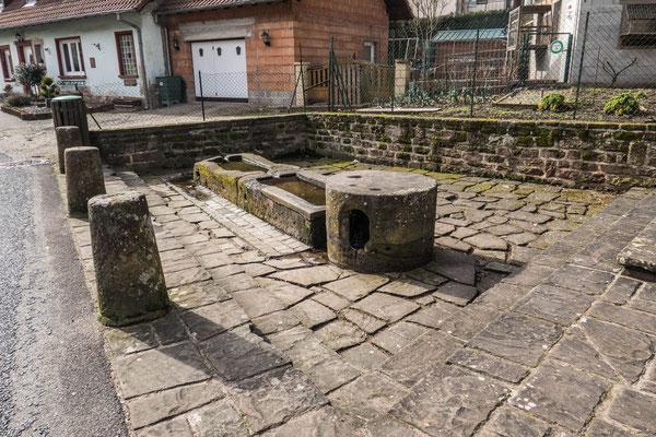 © Traudi - Brunnen (ehem. Waschplatz?) unterhalb der Felsenhäuser