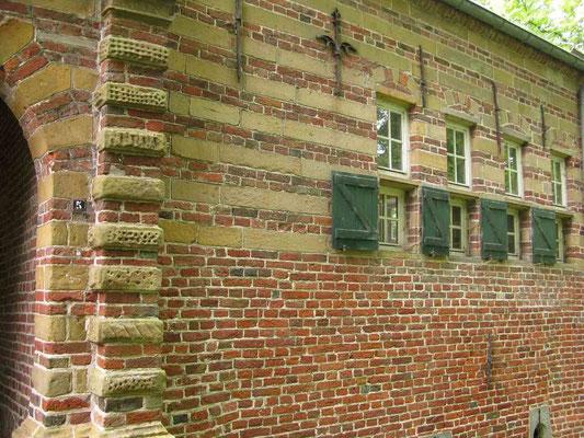 © Traudi – Manningaburg in Pewsum, Eingang zum Innenhof