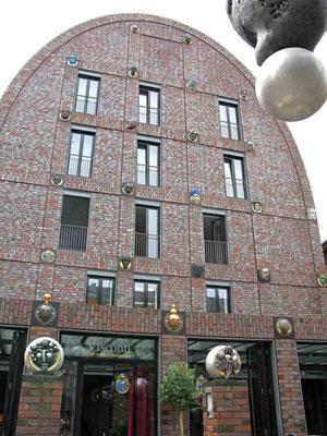 """09.06.2010 (c) Traudi  -  Die Villa Visconti, das """"Haus der Köpfe"""" zieht alle Blicke auf sich. Einzigartig an der Villa sind nicht nur die Reliefs, Plastiken und Köpfe, sondern auch die jeweils individuell gefertigten roten Klinker aus Ostfriesland."""