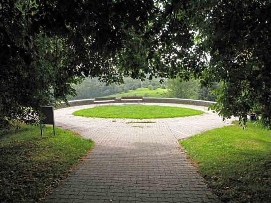 Hohenheim,  am unteren Ende der Allee öffnet sich der Blick über den Botanischen Garten und den Landschaftsgarten hinweg nach Plieningen-  © Traudi