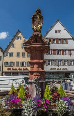 © Traudi - Der untere Marktbrunnen, auf dem ein Löwe mit Reichsadlerschild steht, wurde 1603 vom Weiler Steinmetzen Hans Decker geschaffen. Das Original der Brunnenfigur befindet sich im Stadtmuseum.