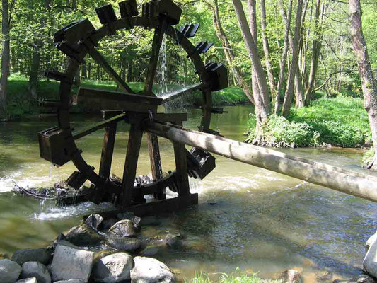 Foto 2005   (c) Traudi   Das Wasserrad bei der Blockhütte