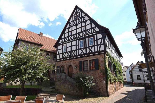 © Traudi -  rechts die ehem. Kemenate, links im Hintergrund das ehem. Siechenhaus