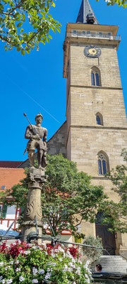 © Traudi - Die Stiftskirche mit dem Standbild (1554) des Grafen Albrecht III. von Hohenlohe