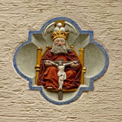 © Traudi - Schlussstein in der Wand der ehem. Fürstenfelder Kelter. Darstellung eines Gnadenstuhls. Der thronende Gottvater hat seinen gekreuzigten Sohn auf dem Schoß. Die Taube auf der Krone, der Heilige Geist, vervollständigt die Dreieinigkeit.