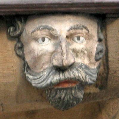 """© Traudi - """"Schöner Kopf"""" (1688) Er stellt ein kinn- und oberlippenbart-, sowie schläfenlocken-umrahmtes Männergesicht dar. Schönheit und Gepflegtheit konnten im Gegensatz zu Hass  und Neid in dieses Haus eintreten."""