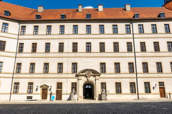 © Traudi - Innenhof mit den Statuen des Erbauers Ottheinrich und seiner Frau Susanna von Bayern