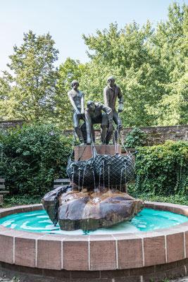 © Traudi - An die alte Zunft erinnert der Fischerbrunnen, der neben dem Pulverturm zu finden ist.