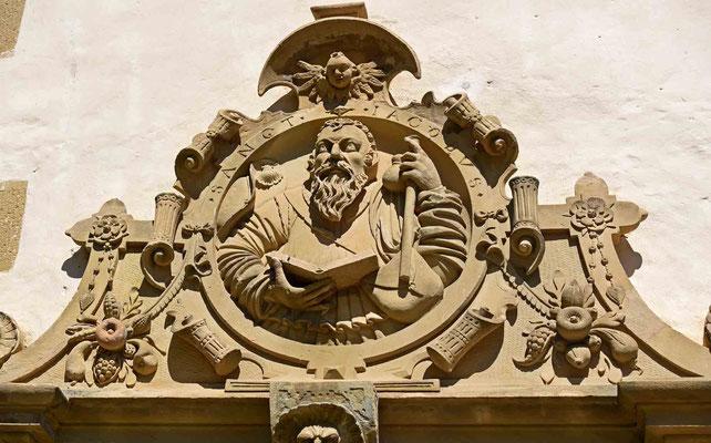 © Traudi – Schlosskapelle - Über den westlichen Eingang befindet sich ein Relief des heiligen Jakobus mit Pilgerstab und Jakobsmuschel.