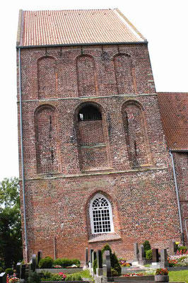 Schiefer Kirchturm in Suurhusen (Ostfriesland) – © Traudi
