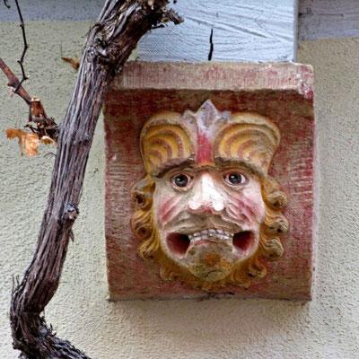 © Traudi - Mischwesen (um 1700) Bei diesem Mensch-Löwen-Mischwesen sind die Löcher des fehlenden Beißrings gut erkennbar.