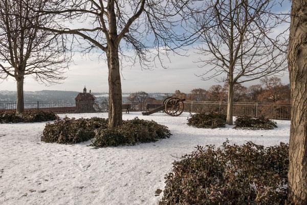 © Traudi - Burgplatz mit der Hochwacht im Hintergrund