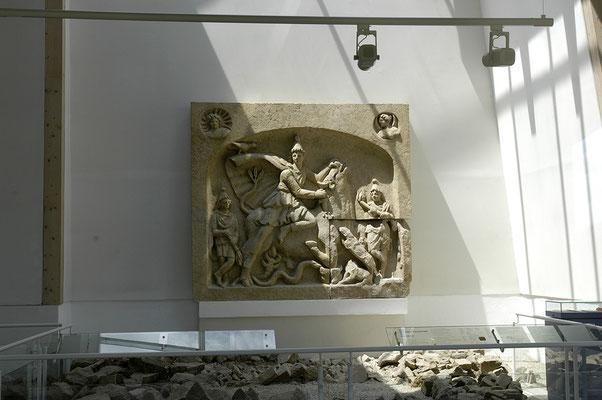 © Traudi – Römerpark, im Museum: Mithra-Relief. Der untere rechte Teil ist original
