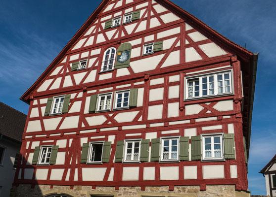 © Traudi - Das Ganerbenhaus aus dem Jahre 1514 ist das älteste Gebäude im Städtle. Es steht rückseitig auf der Stadtmauer.  Die Bezeichnung Ganerbenhaus stammt von den Ganerben im Mittelalter als den gemeinsamen Erben der Herren v. Vellberg