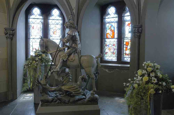 Foto 2004 (c) Traudi / Unter den Denkmälern, die die Kirche zieren, ist die dem 15. Jahrhundert angehörige, aus Holz geschnitzte Reiterstatue des heiligen Georg